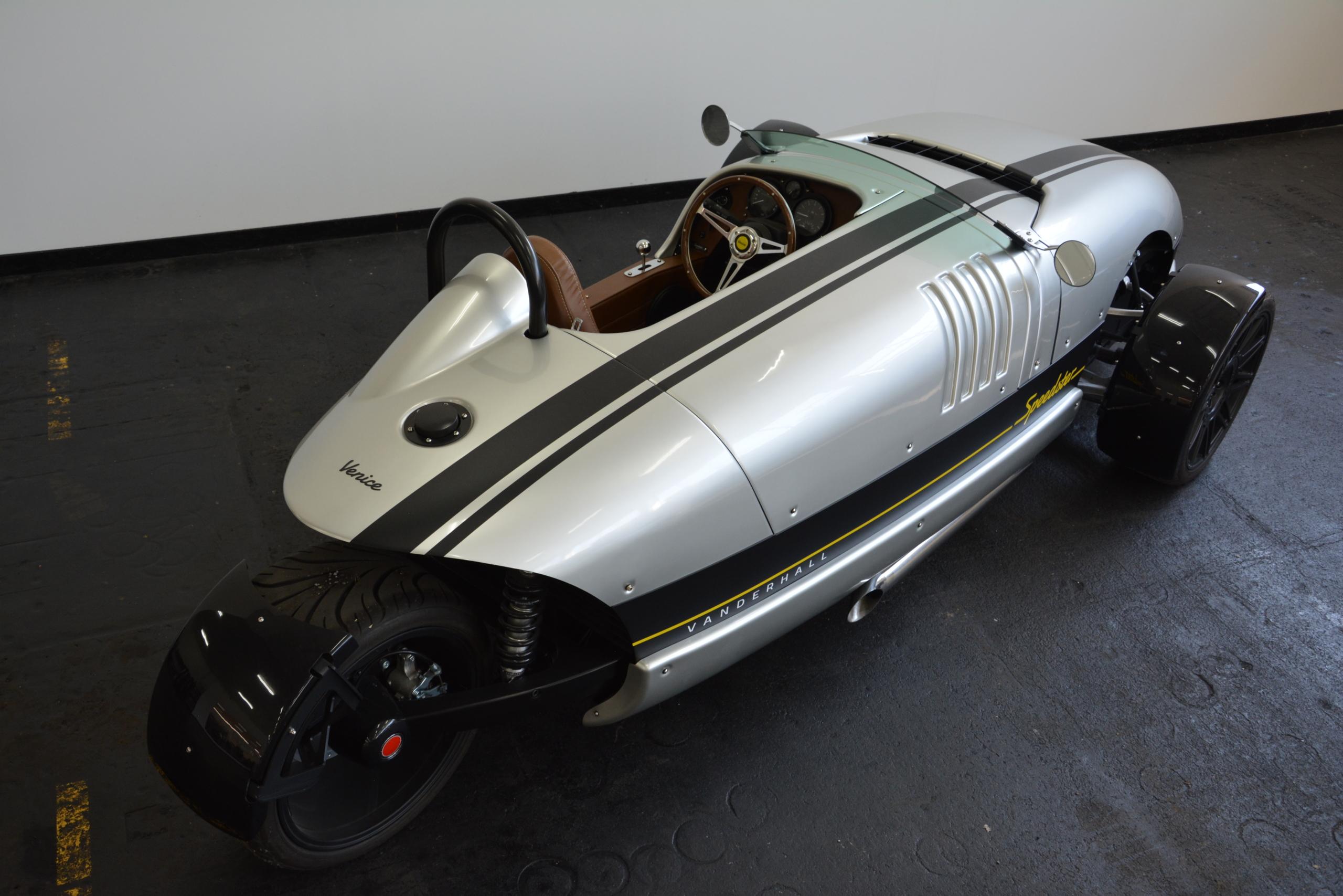 Venice Speedster Silber mit brauner Innenausstattung Seitenansicht hinten rechts mit edelstahl Auspuffanlage